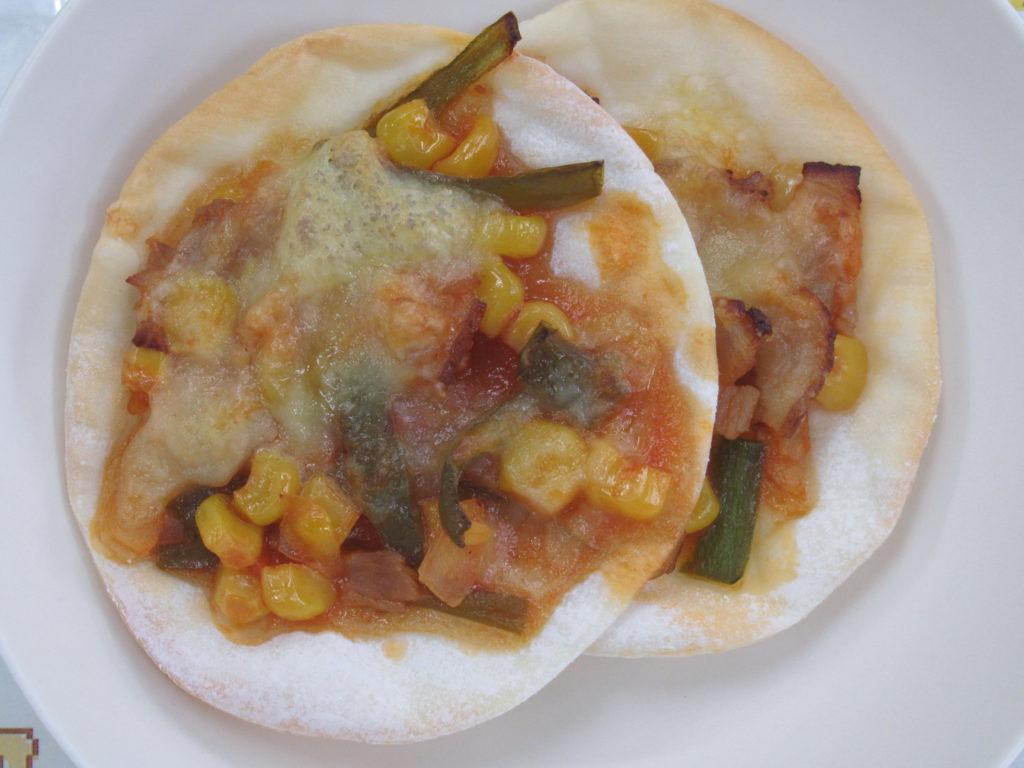 【ミニピザ】餃子の皮にトマト味の具材とチーズをのせて焼きました♪